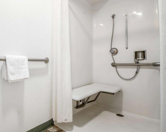Rodeway Inn - Monterey - Bathroom