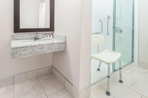 Ramada by Wyndham Edmonton South - Edmonton - Bathroom