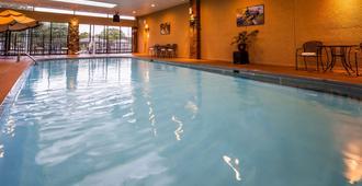 Best Western Plus Landing View Inn & Suites - Branson - Piscina