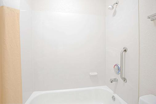 Days Inn by Wyndham, Greenville - Greenville - Bathroom