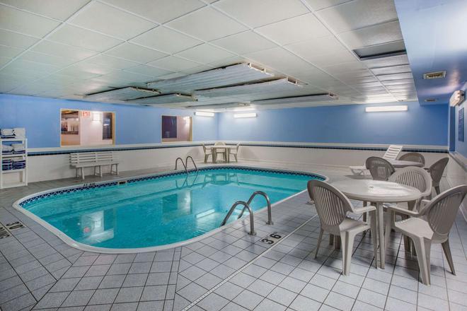 Ramada by Wyndham Sioux Falls - Sioux Falls - Pool