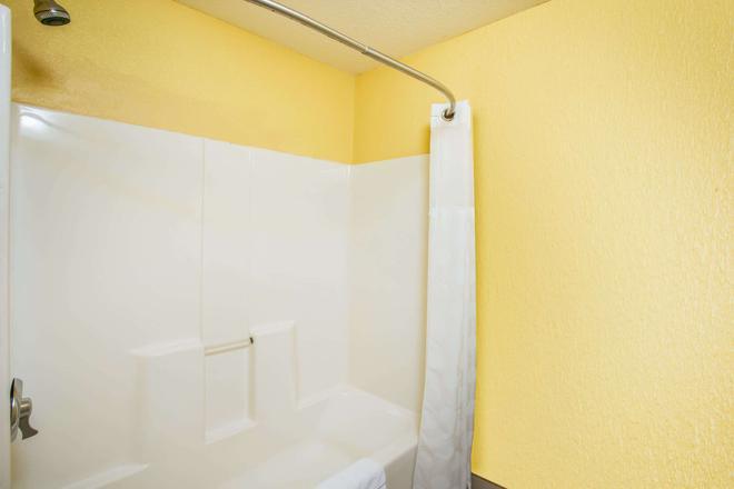Ramada by Wyndham Sioux Falls - Sioux Falls - Bathroom