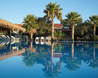 Flow Datca Surf & Beach Hotel - Datca - Zwembad