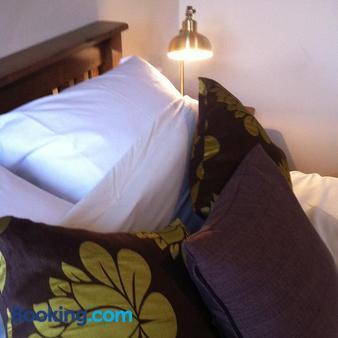 The Cross Keys Inn - Somerton - Bedroom