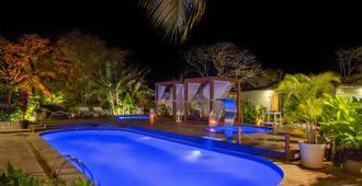 Dolphin Hotel - เฟอร์นันโด เด โนรงญา - สระว่ายน้ำ