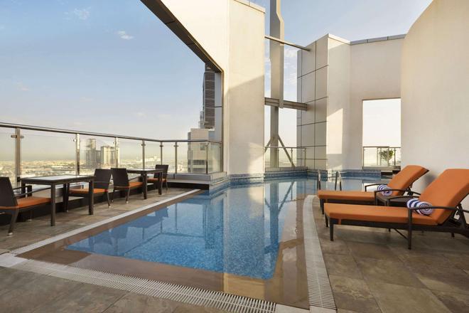 Ramada by Wyndham Abu Dhabi Corniche - Abu Dhabi - Pool