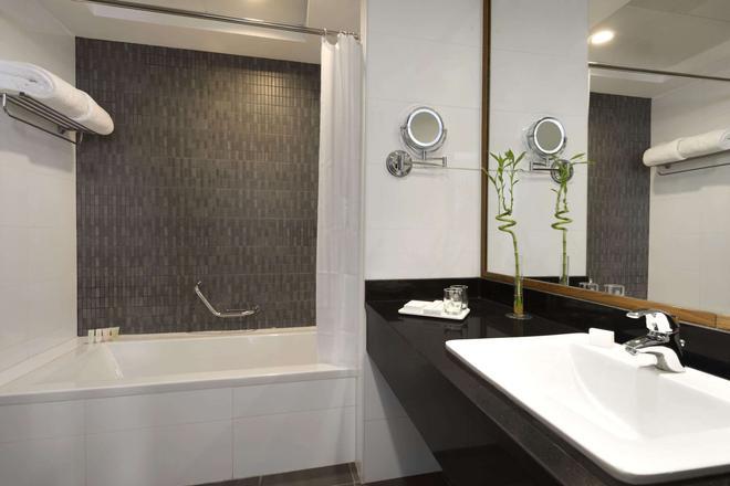 Ramada by Wyndham Abu Dhabi Corniche - Abu Dhabi - Bathroom