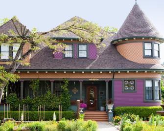 Kelley & Young Wine Garden Inn - Cloverdale - Building