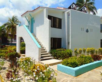 Club Amigo Caracol - Playa Santa Lucía - Building