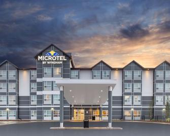 Microtel Inn & Suites by Wyndham Fort McMurray - Форт МакМаррей - Building