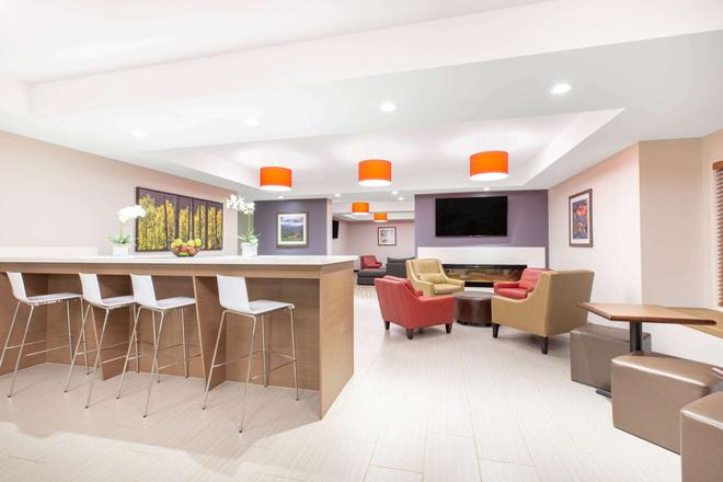 Microtel Inn & Suites by Wyndham Fort McMurray - Fort McMurray - Bar