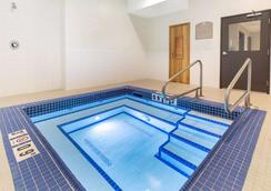 Microtel Inn & Suites by Wyndham Fort McMurray - Fort McMurray - Pool