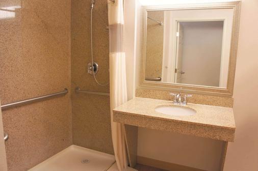 La Quinta Inn & Suites by Wyndham Tucumcari - Tucumcari - Bathroom