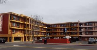 Howard Johnson by Wyndham Reno Downtown - Reno - Building