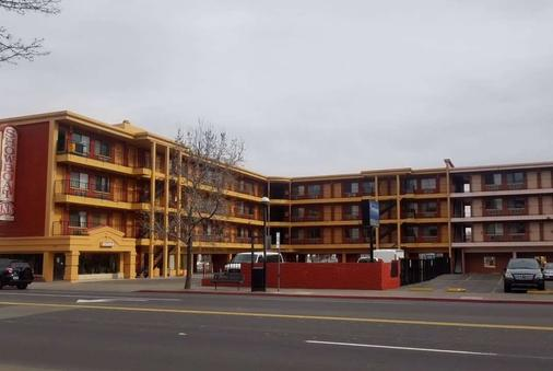Howard Johnson by Wyndham Reno Downtown - Reno - Building