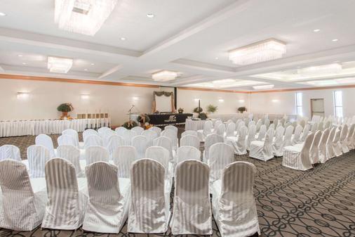 Ramada Plaza by Wyndham Niagara Falls - Niagara Falls - Banquet hall