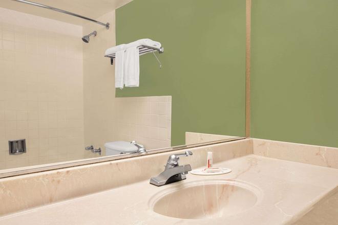 Super 8 by Wyndham Grand Prairie North - Grand Prairie - Bathroom