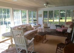Escape To This Oxford, Md Waterfront Home - Kayaking, Canoeing & Relaxing - Oxford - Living room