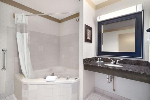 Days Inn & Suites by Wyndham Sault Ste. Marie ON - Sault Ste Marie - Bathroom