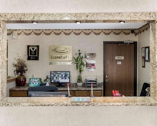 Econo Lodge - Grand Forks - Lobby