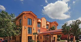 Super 8 by Wyndham San Antonio Near SeaWorld Ingram Park - San Antonio - Gebäude