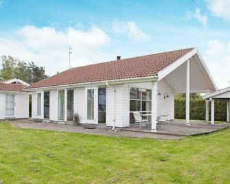 Spacious Holiday Home In Præstø With Terrace - Praesto - Building