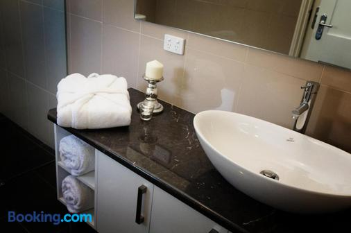 卡斯頓民宿 - 麥克唐奈爾港 - 干比爾山 - 浴室