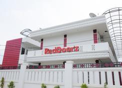 RedDoorz Near Uin Sumatera Utara - Medan - Building