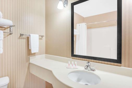 Baymont by Wyndham Cartersville - Cartersville - Bathroom