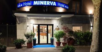 Hotel Minerva - ראבנה - בניין