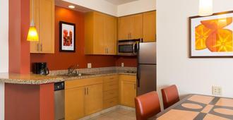 Residence Inn by Marriott Kansas City Airport - Kansas City - Kitchen