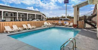 Super 8 by Wyndham Florence - Florence - Piscina