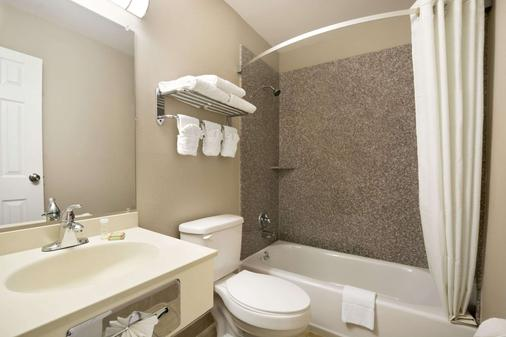 Super 8 by Wyndham Ardmore - Ardmore - Bathroom
