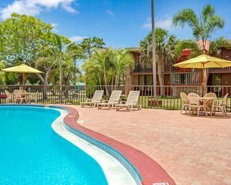 Days Inn by Wyndham Bradenton - Near the Gulf - Bradenton - Pool