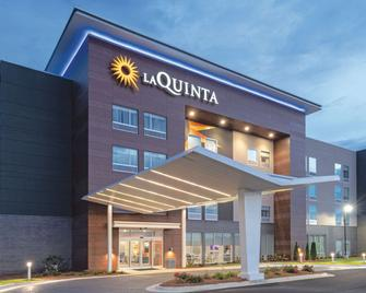 La Quinta Inn & Suites by Wyndham Opelika Auburn - Opelika - Building