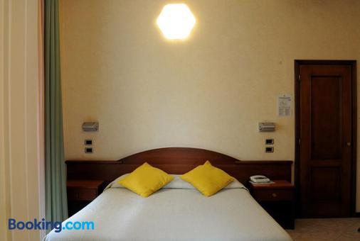 Hotel Button - Parma - Bedroom