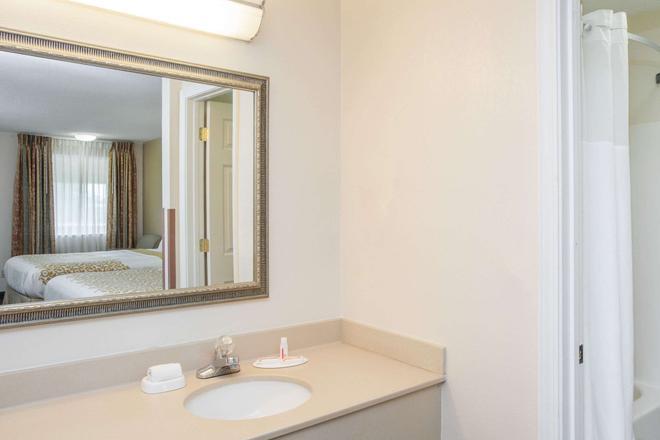 Days Inn by Wyndham Fort Wayne - Fort Wayne - Bathroom