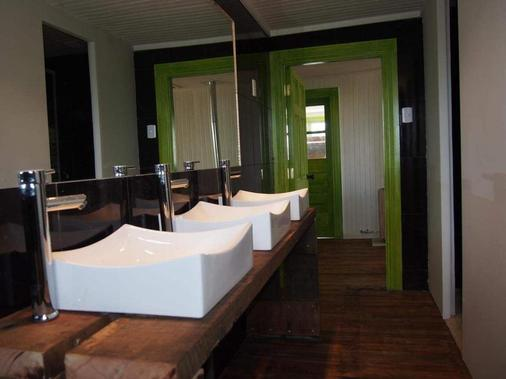 Wild Hostel - Puerto Natales - Bathroom