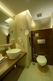 Goldfinch Hotel Mangalore - Mangalore - Bathroom