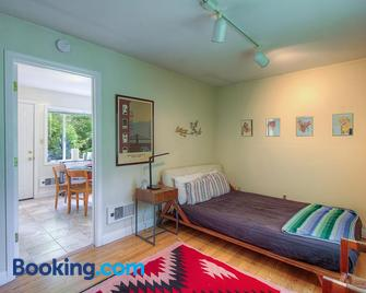 Downtown Cottage in the Woods - Guerneville - Schlafzimmer