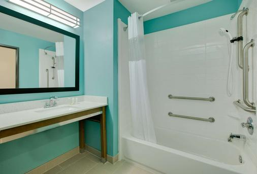 Super 8 by Wyndham Midland South - Midland - Phòng tắm