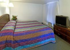 Americas Best Value Inn & Suites Hyannis Cape Cod - Hyannis - Bedroom