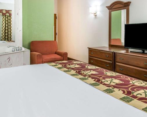 Clarion Inn - Kalamazoo - Bedroom