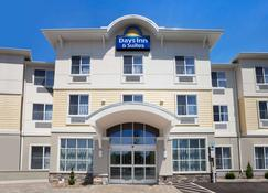 Days Inn & Suites by Wyndham Altoona - Altoona - Building