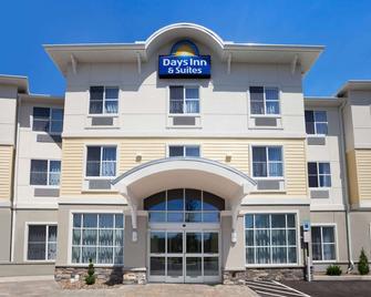 Days Inn & Suites by Wyndham Altoona - Altoona - Building