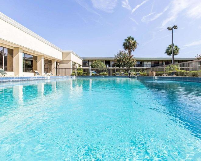 Quality Inn & Suites - Waycross - Pool