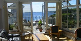 Falmouth Beach Hotel - Falmouth - Living room