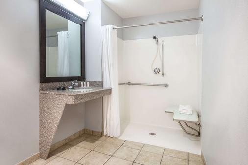 Baymont by Wyndham Lubbock West - Lubbock - Bathroom