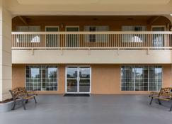 Quality Inn - Clute - Building