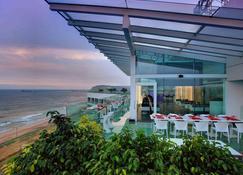 Novotel Visakhapatnam Varun Beach - ויסאקאפאטנם - מסעדה